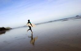 Practicando el surf en Cornwall