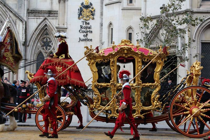 The Lord Mayor's ornate carriage passes the Royal Courts of Justice