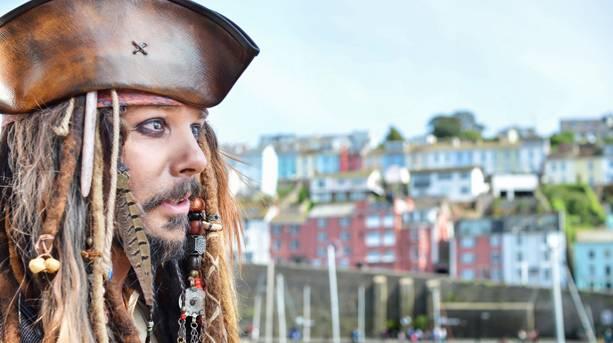 A man dressed as Captin Jack Sparrow
