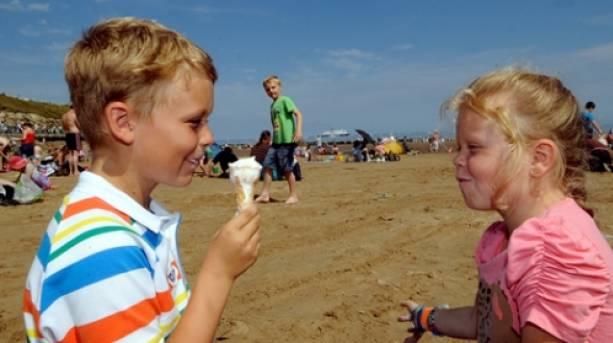 Children eating ice-creams