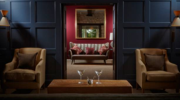 Blue and red lounges at Dormy House