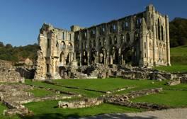 Lassen Sie in den Ruinen der Rievaulx Abbey die Seele baumeln